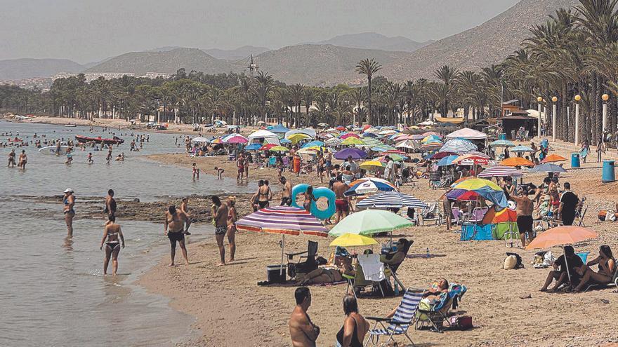 El calor y las vacaciones llenan los hoteles de la costa este fin de semana