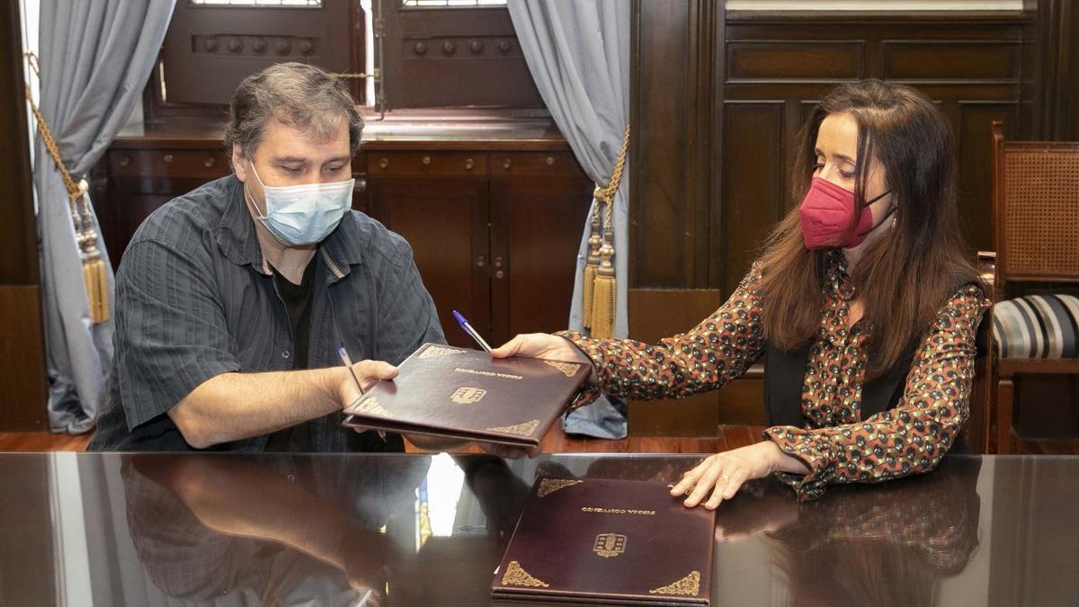 José Antonio Moral, ayer, en la firma del convenio con la concejala de Benestar Social, Yoya Neira.