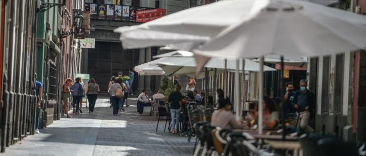 Terrazas en la calle de La Pelota en el histórico barrio de Vegueta, ayer, en el primer día en el que Gran Canaria ha estado en nivel 1.     JOSÉ CARLOS GUERRA