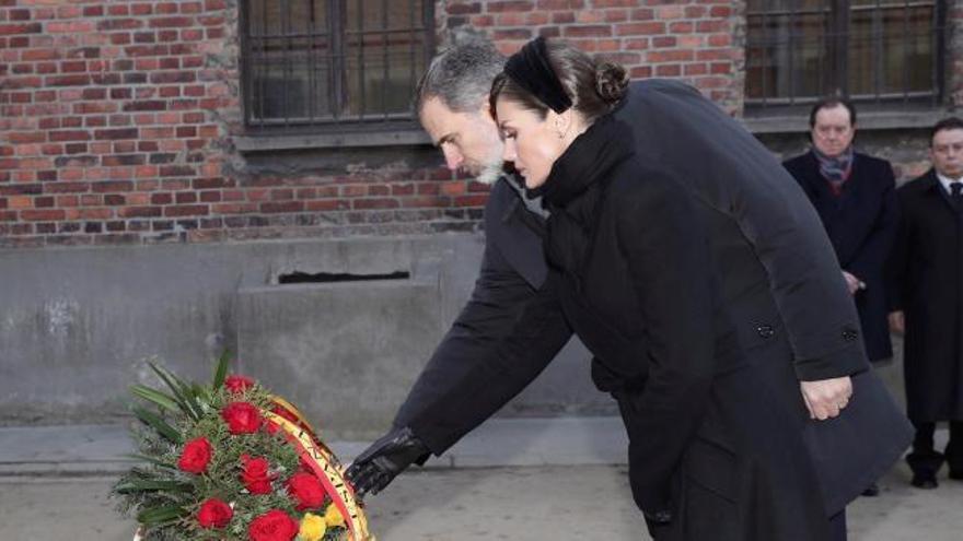 Los Reyes de España homenajean en Auschwitz a las víctimas del Holocausto