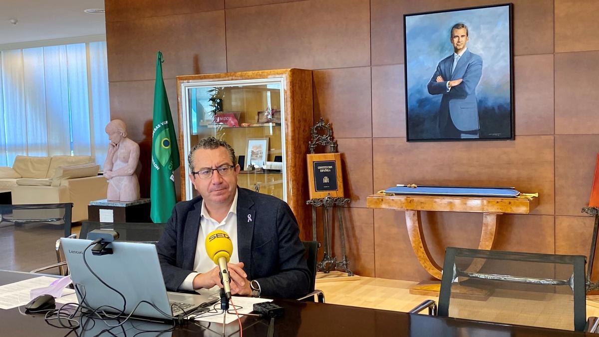 El alcalde de Benidorm, en la rueda de prensa donde ha anunciado ambas medidas económicas.