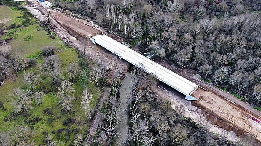 Verín concluye la estructura del nuevo puente de Queizás