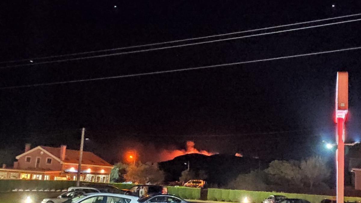 Los bomberos intervienen en un incendio cerca de Verdicio (Gozón)