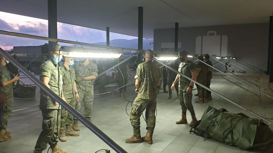 El ejército monta dos tiendas modulares para alojar a los migrantes llegados en patera a Mallorca
