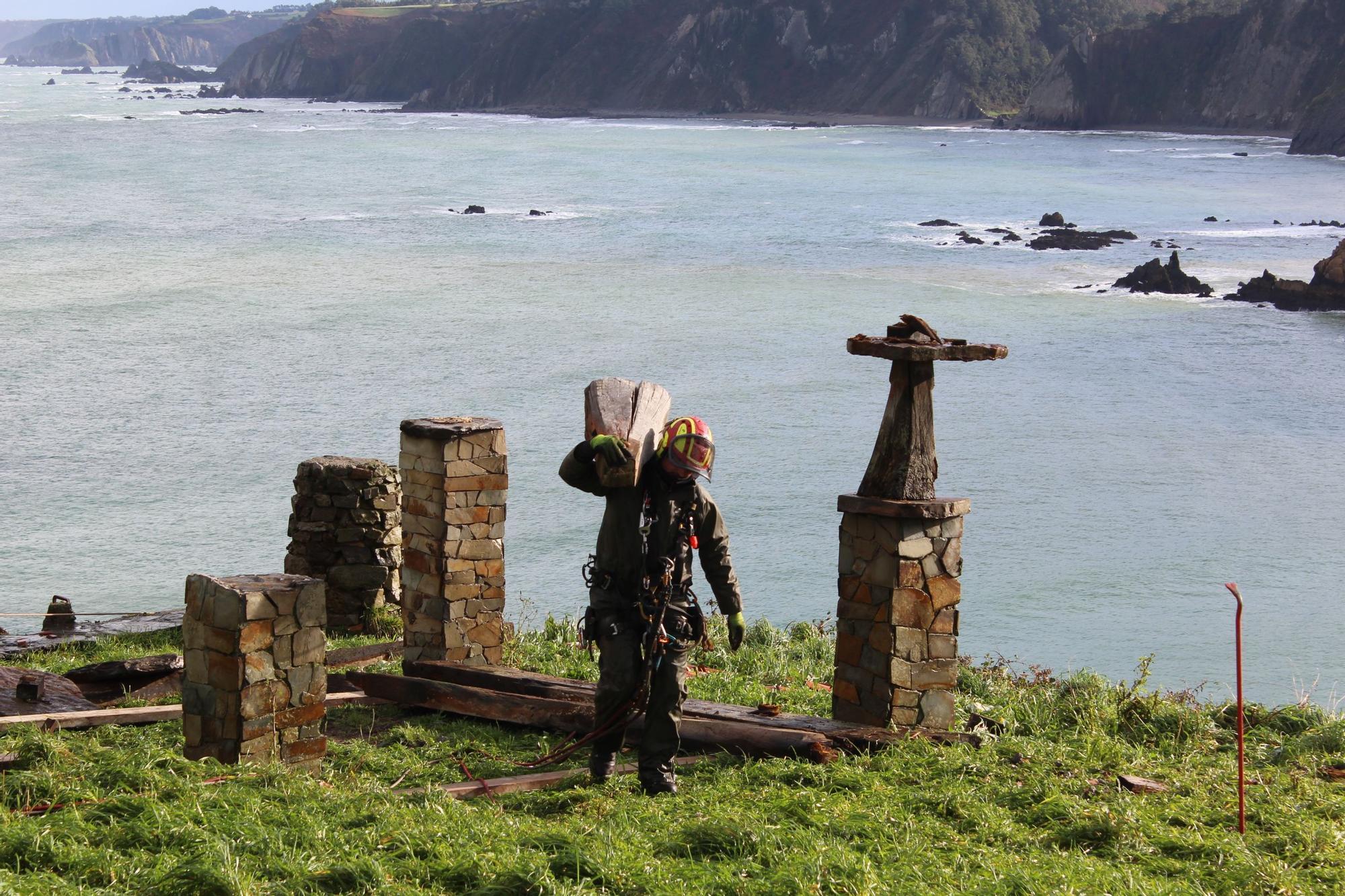 Así se terminó de desmontar el mítico hórreo de La Regalina, en riego de derrumbe
