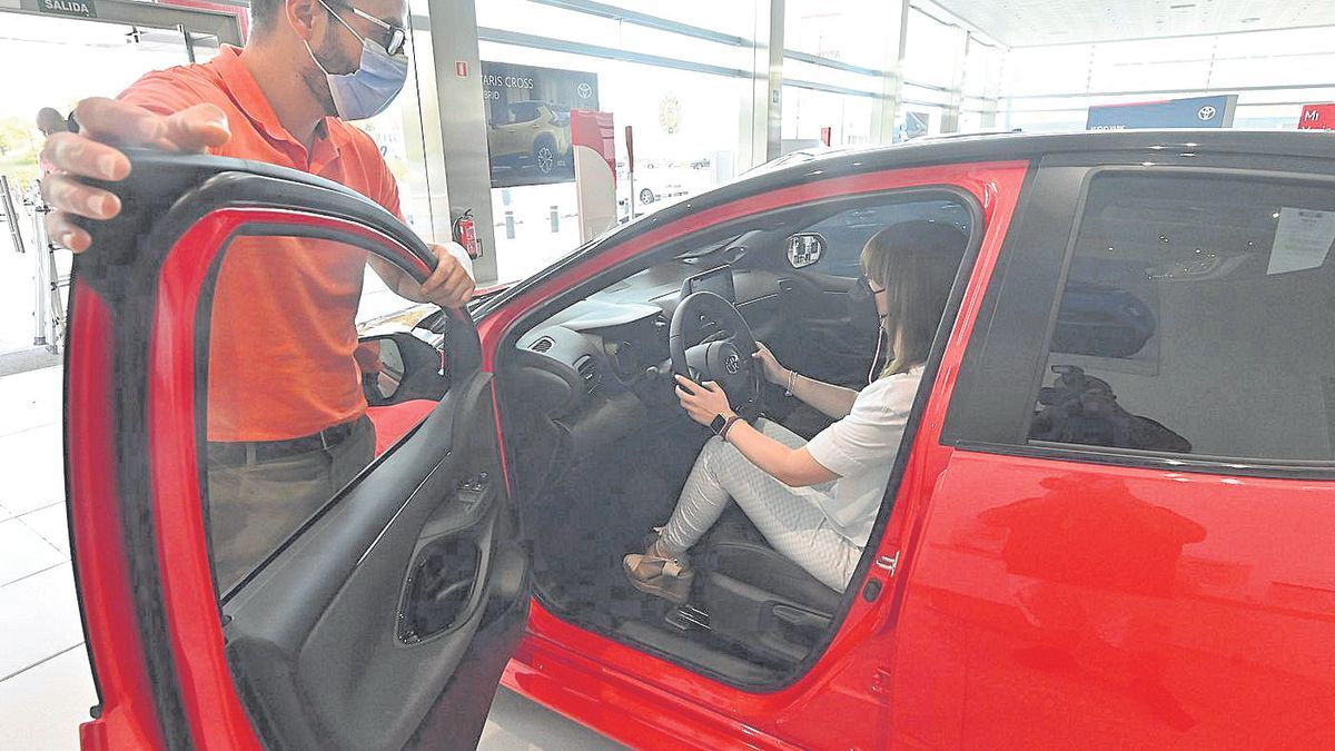 Una clienta del concesionario de Toyota de Castelló prueba uno de los vehículos de la exposición de la firma.