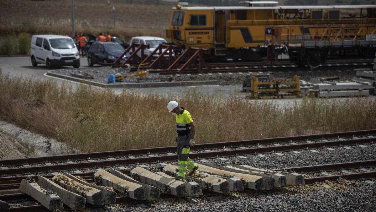 Un operario camina por las vías del tren de la Hiniesta en Zamora donde ocurrió el accidente.