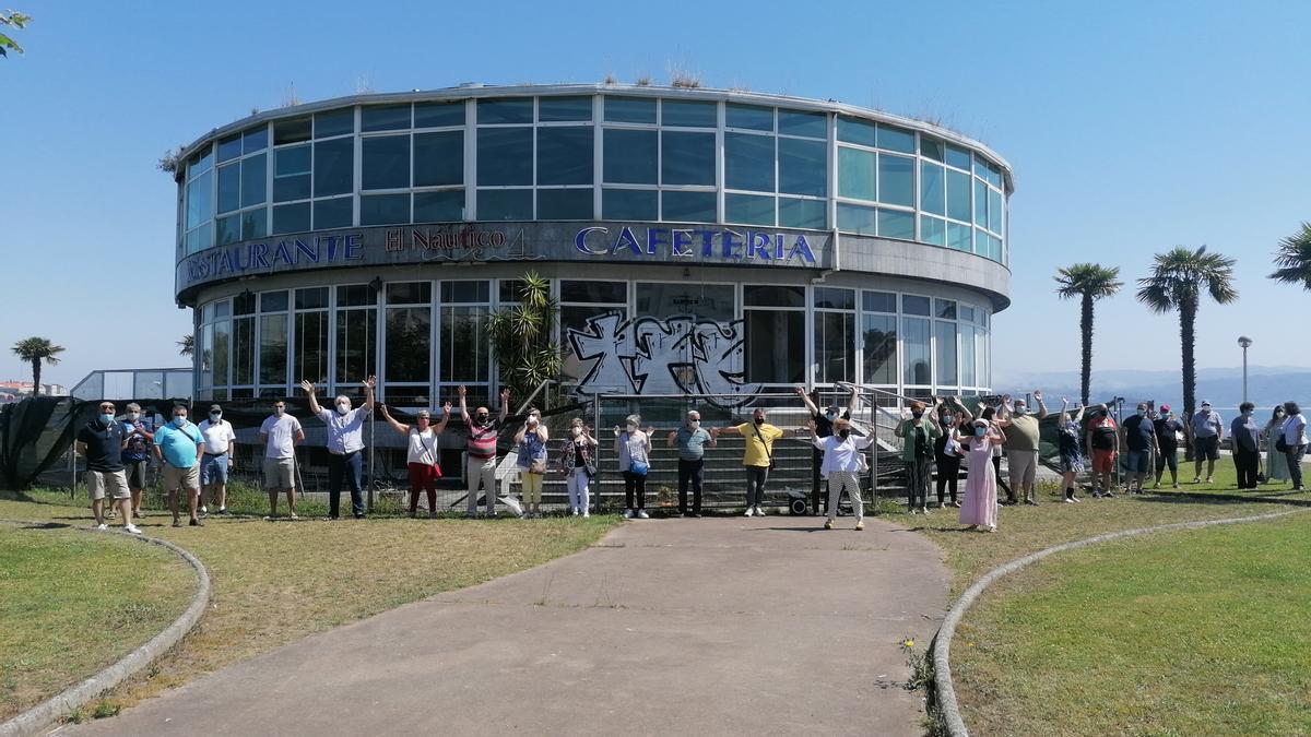 Asistentes a la protesta contra el derribo de El Náutico