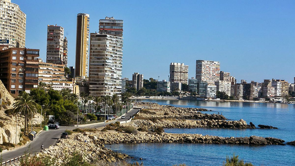 General view of buildings built facing the sea in Albufereta, many of which are over 50 years old.