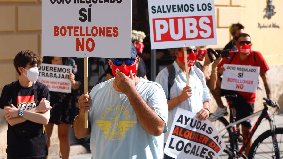Protesta de los trabajadores y empresarios del ocio nocturno ante el Palau de la Generalitat.