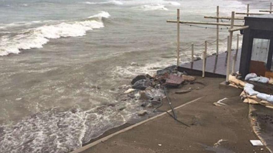La borrasca se lleva parte de las playas del centro urbano de Marbella