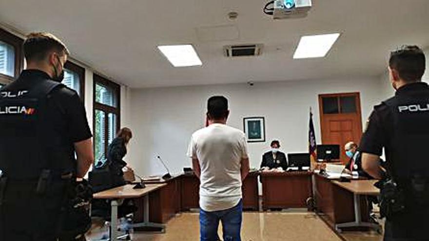 Un año de cárcel por llevar hachís escondido en la boca para dárselo a su hijo preso en Palma