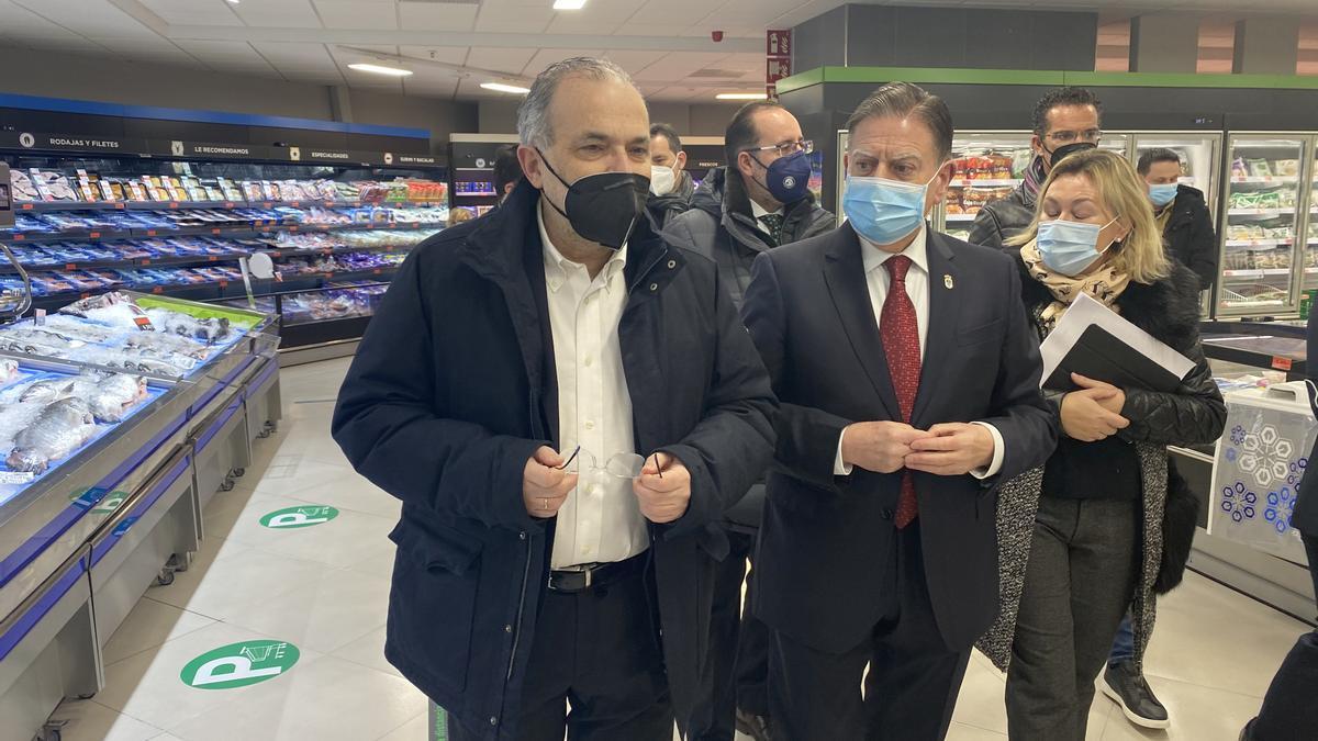 Por la izquierda, Ferreira y Canteli, en el supermercado