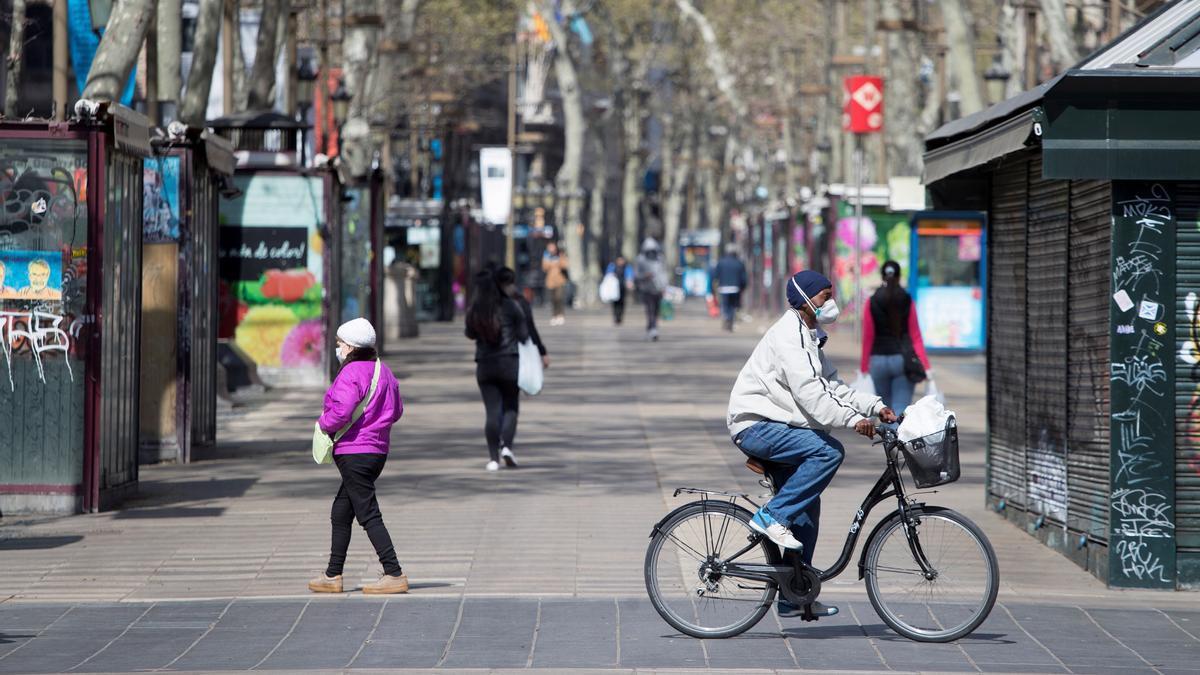 Varias personas pasean por Las Ramblas, en Barcelona.