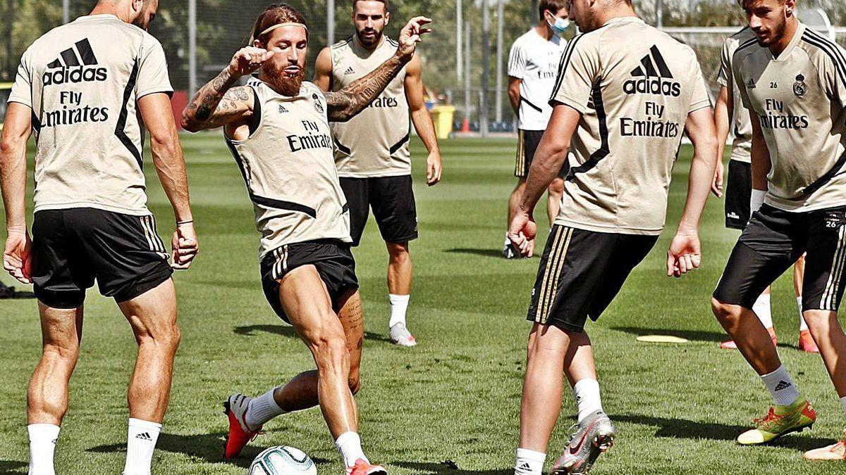 Sergio Ramo, en el centro de un rondo, durante el entrenamiento del Madrid en Valdebebas.