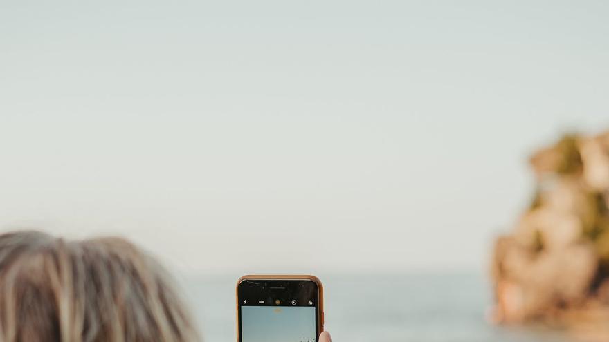 ¿Cómo cargar el móvil sin cargador?