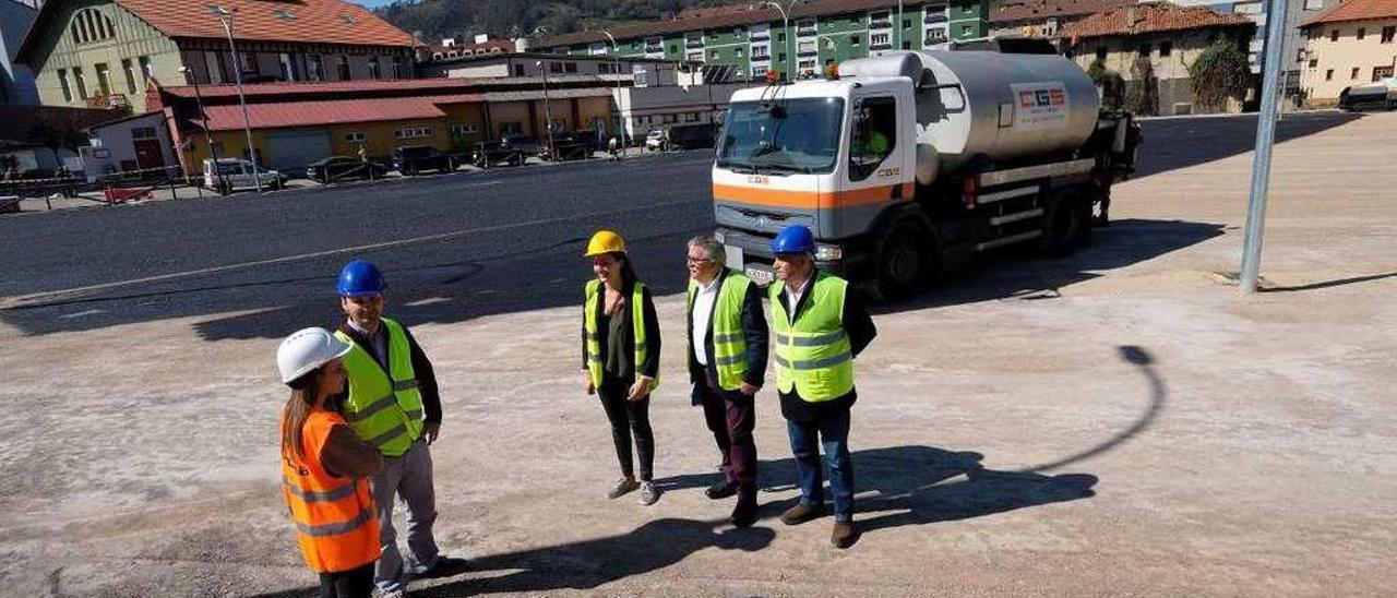 Aníbal Vázquez, en el centro de la imagen, rodeado por los ediles Jesús Armando Vila y Delia Campomanes, ayer, visitando la obra de Oñón.
