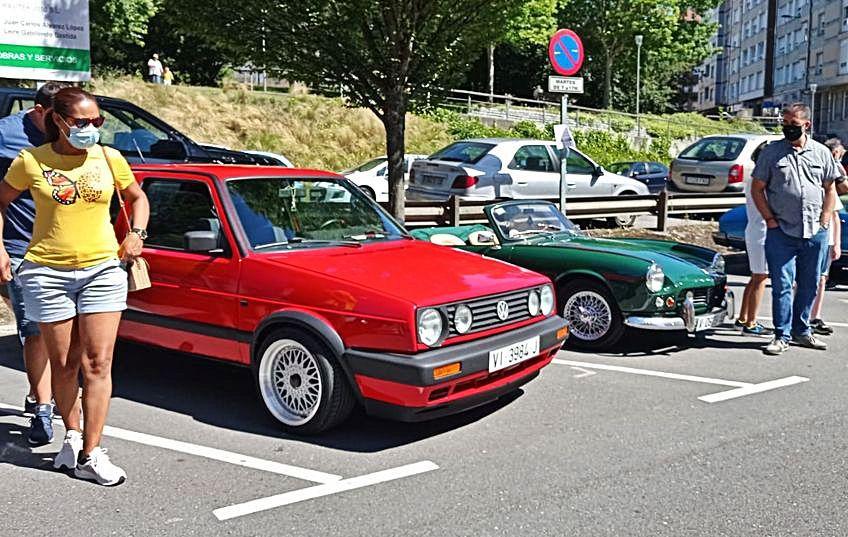 Varios de los  coches participantes en la concentración de vehículos clásicos, en la Pola.