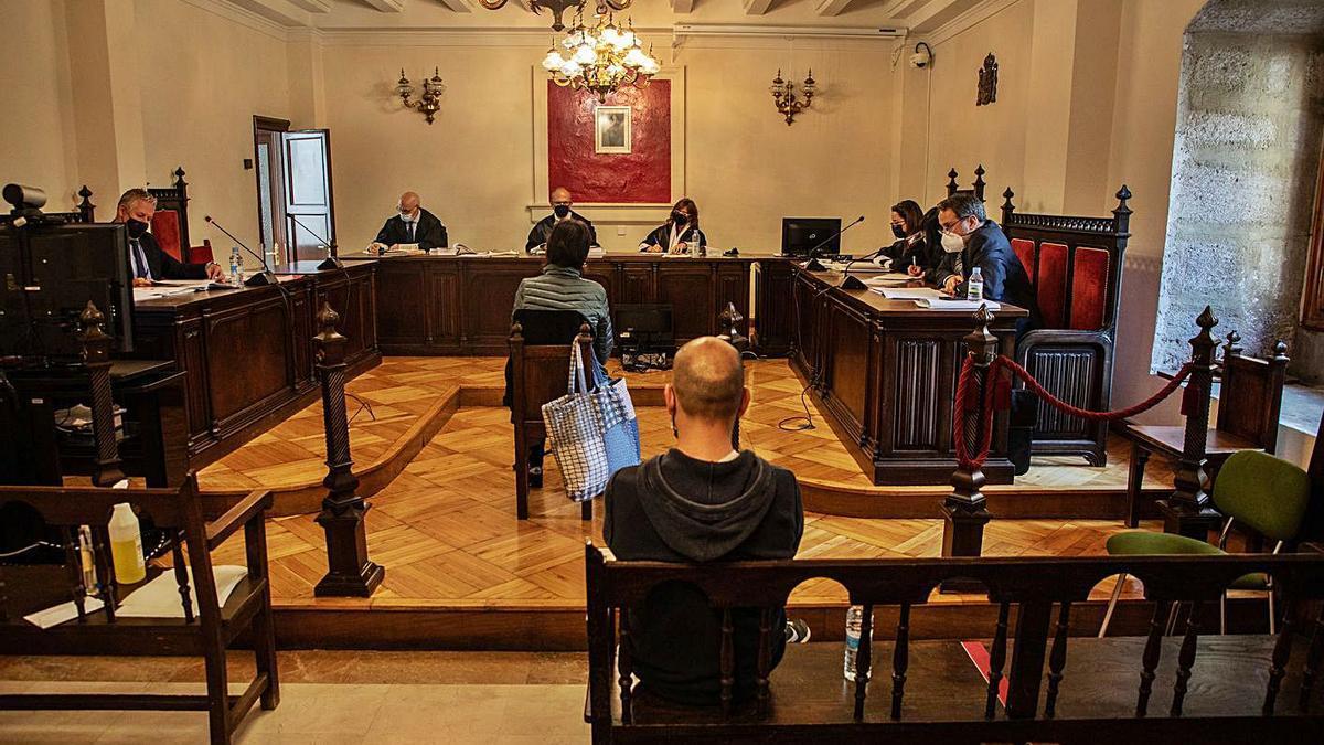 El acusado y una de las testigos, durante el juicio. |
