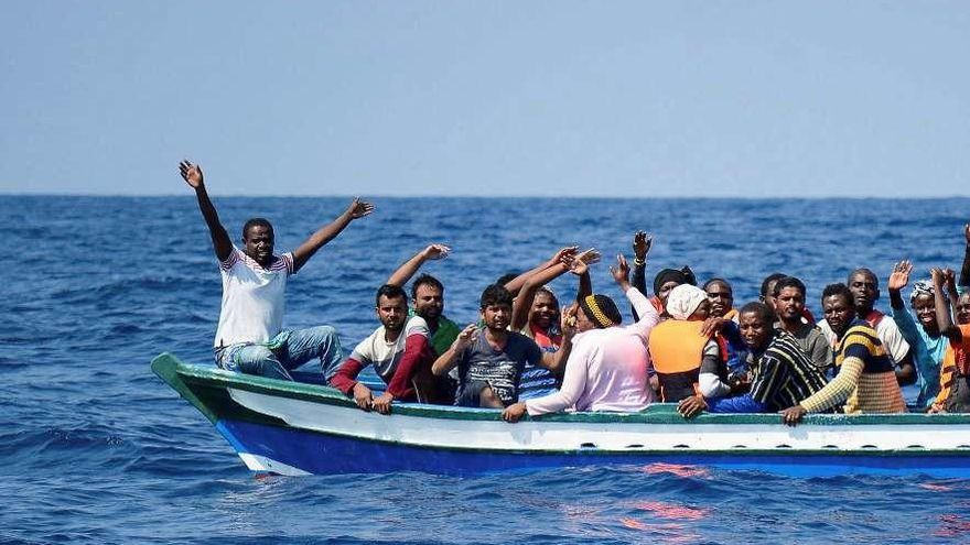 """El """"Aquarius"""" pide a los gobiernos europeos permiso para desembarcar a 141 personas"""