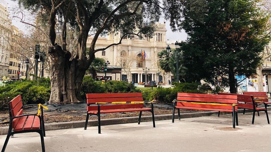 La plaza del Ayuntamiento cuenta con 21 bancos nuevos
