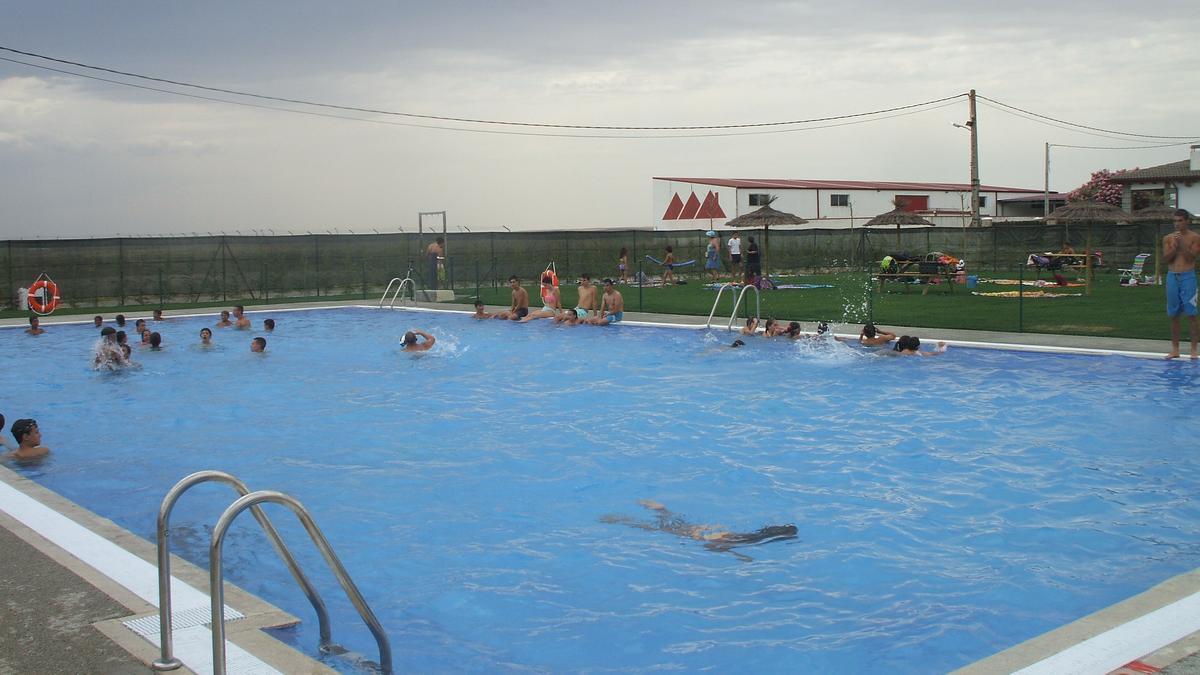 Vecinos de Morales de Toro disfrutan de la piscina en una temporada de baño anterior