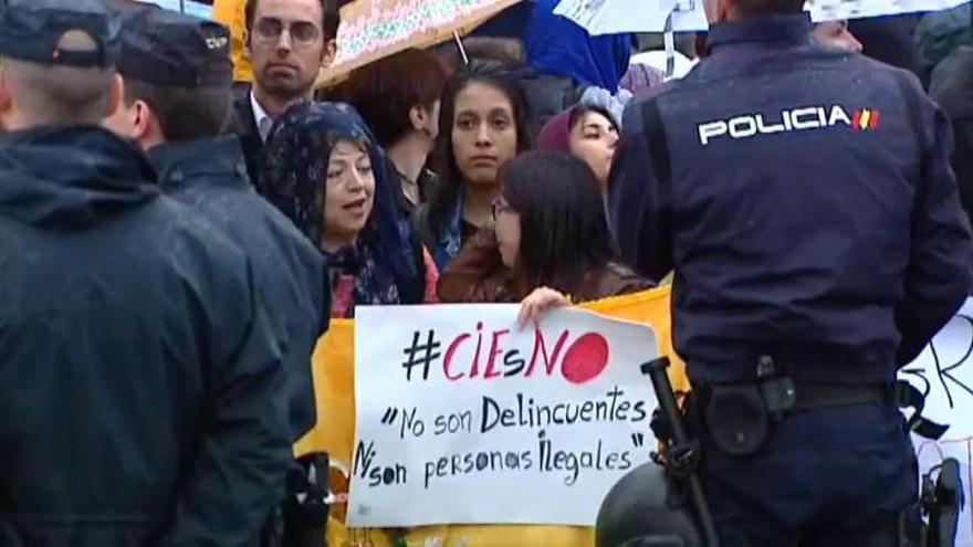 Protesta frente al CIE de Aluche en apoyo a los inmigrantes
