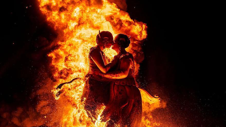 L'Horta crema les seues falles en la nit més esperada