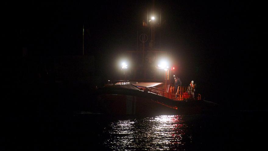 Rescate de una neumática con 26 varones subsaharianos a 14 kilómetros al sur de Fuerteventura
