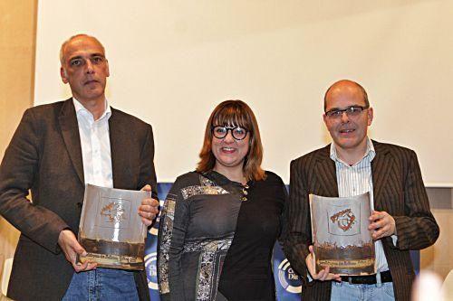 Tourismusministerin Bel Busquets verleiht den MZ-Preis an Christian Buckard und Daniel Guthmann.