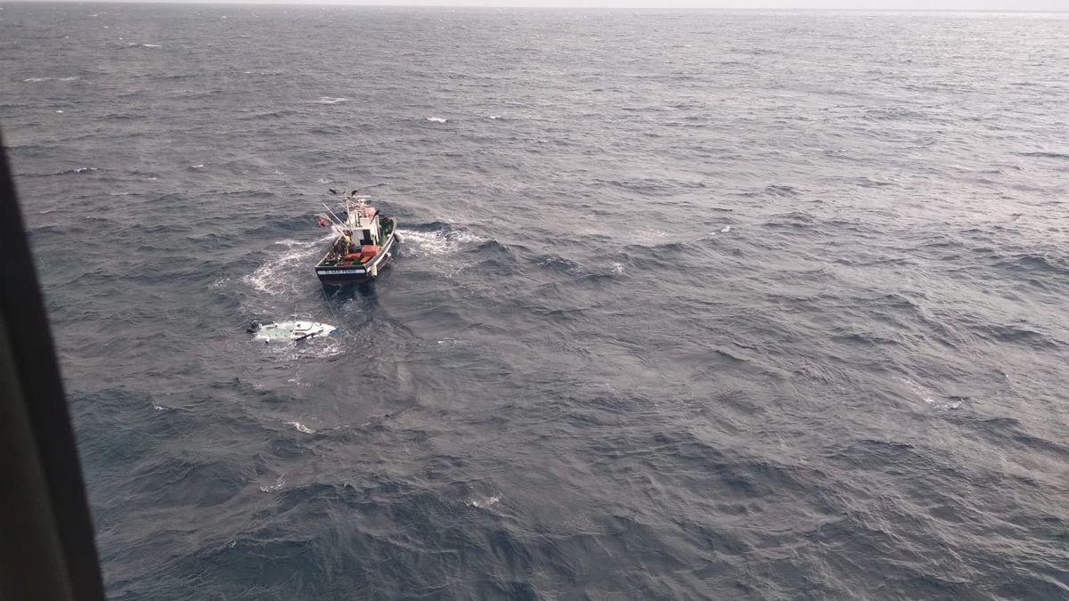 Rescate de cinco tripulantes en aguas Canarias.