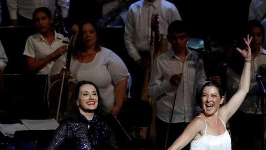 Luz Casal y Sara Baras, en el concierto solidario con la Orquesta de Cateura