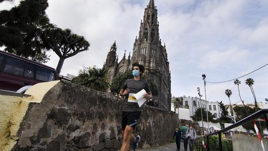 Uno de los atletas de la GCOM, ayer, con la Catedral de Arucas de fondo.