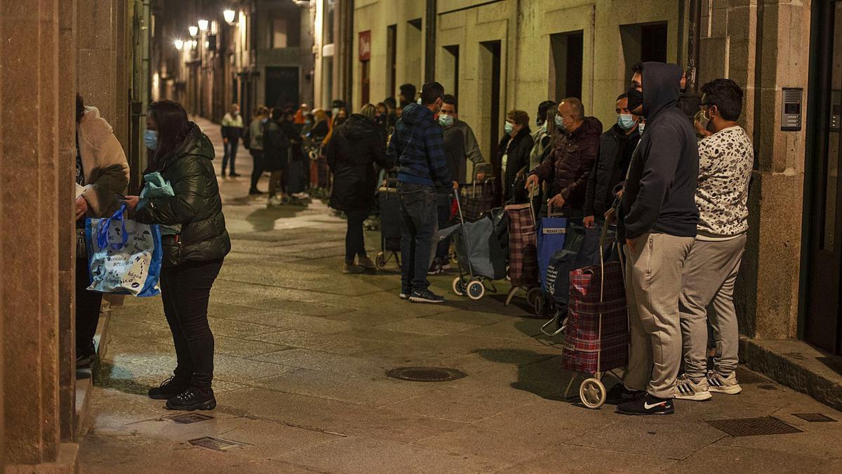 Colas para recoger alimentos en una parroquia de Ourense