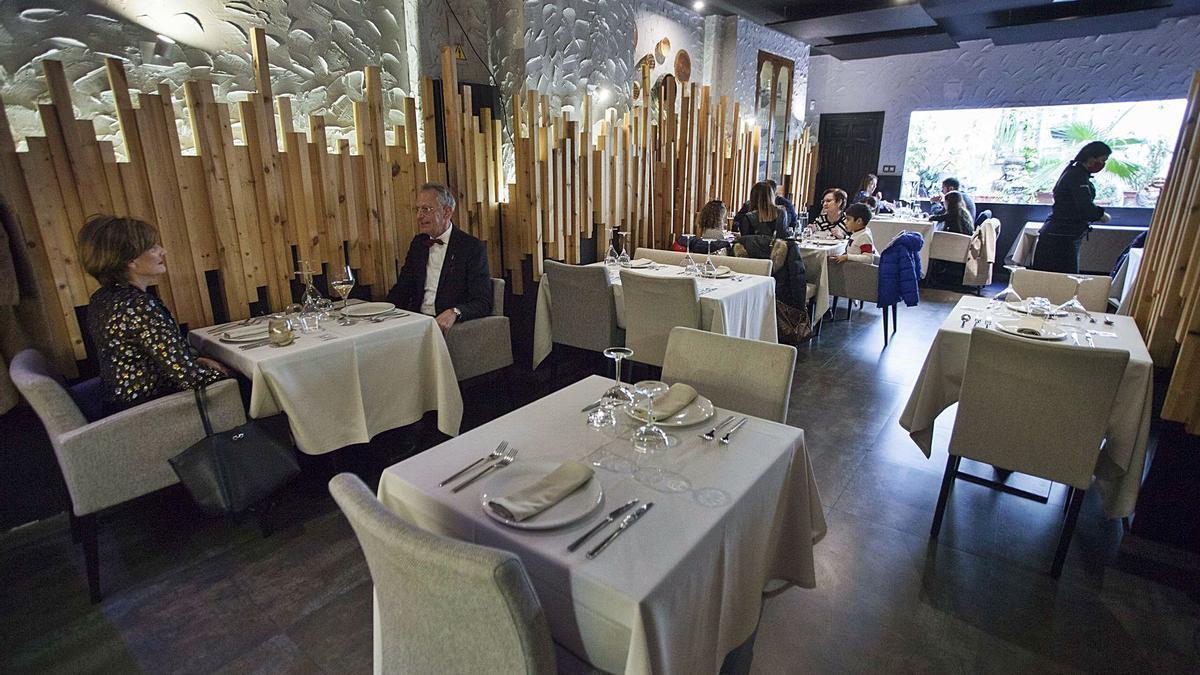 Uno de los restaurantes que abrió ayer a mediodía en el centro de València, con numerosas mesas vacías.  | LEVANTE-EMV