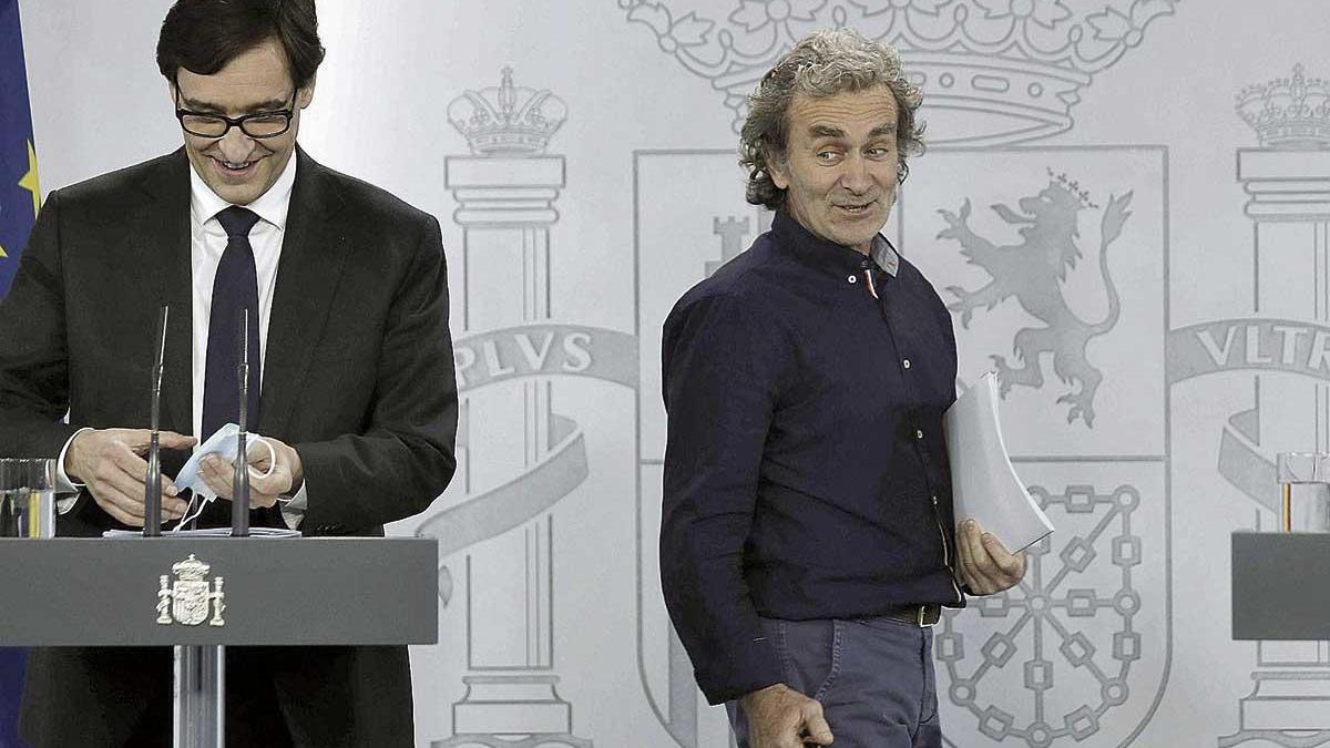 Salvador Illa y Fernando Simón bromean antes de empezar la rueda de prensa en el palacio de la Moncloa.