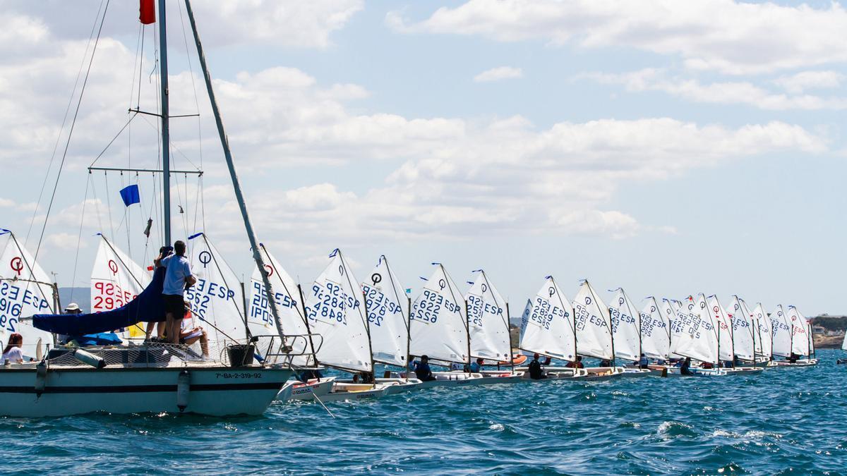 Una regata de Optimist celebrada en el CN Cala Gamba.