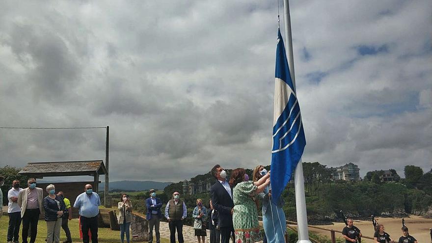 Tapia encabeza el izado de las banderas azules en las playas