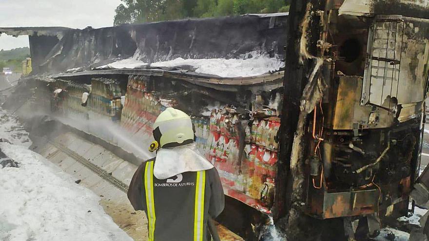 Arde en Ribadesella el remolque de un camión que transportaba leche