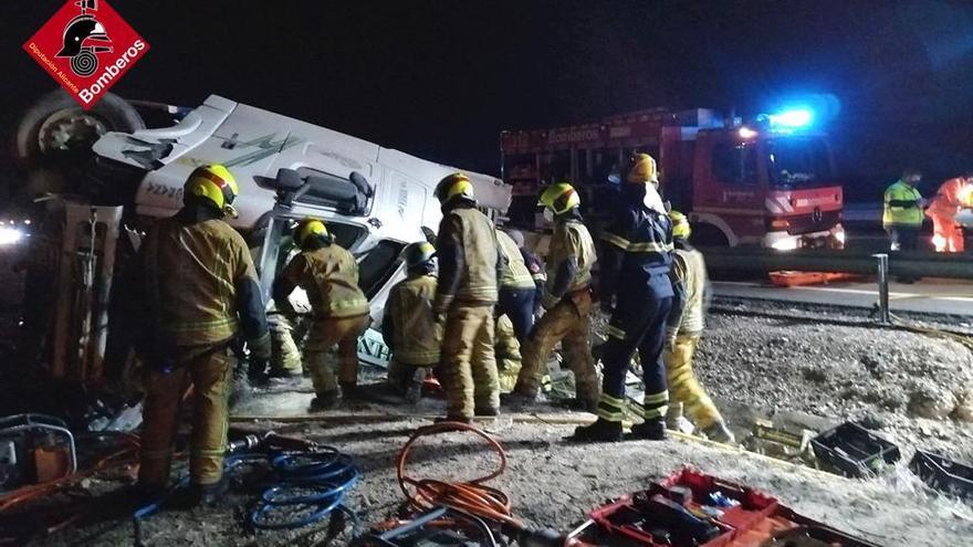 Un camión vuelca en la autovía de Madrid y el conductor queda atrapado