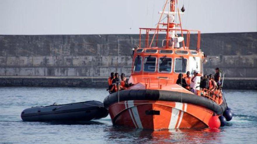 Salvamento socorre a 160 inmigrantes en 3 zódiac en Canarias