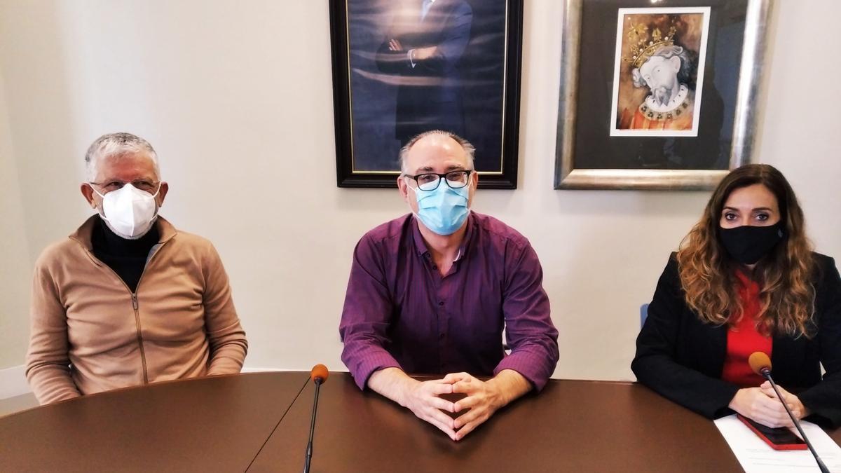 El alcalde de Pedreguer, flanqueado por el director de Salud Pública de Dénia, Pasqual Martí, y la secretaria autonómica de Salud Pública, Isaura Navarro