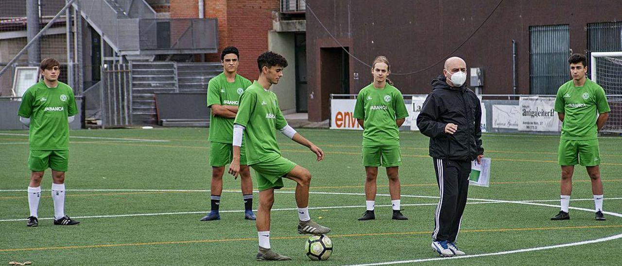 Cándido Gómez, junto a sus futbolistas durante el entrenamiento del pasado jueves.