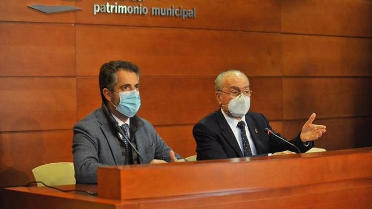 El alcalde de Málaga, Francisco de la Torre, y el concejal Carlos Conde en rueda de prensa