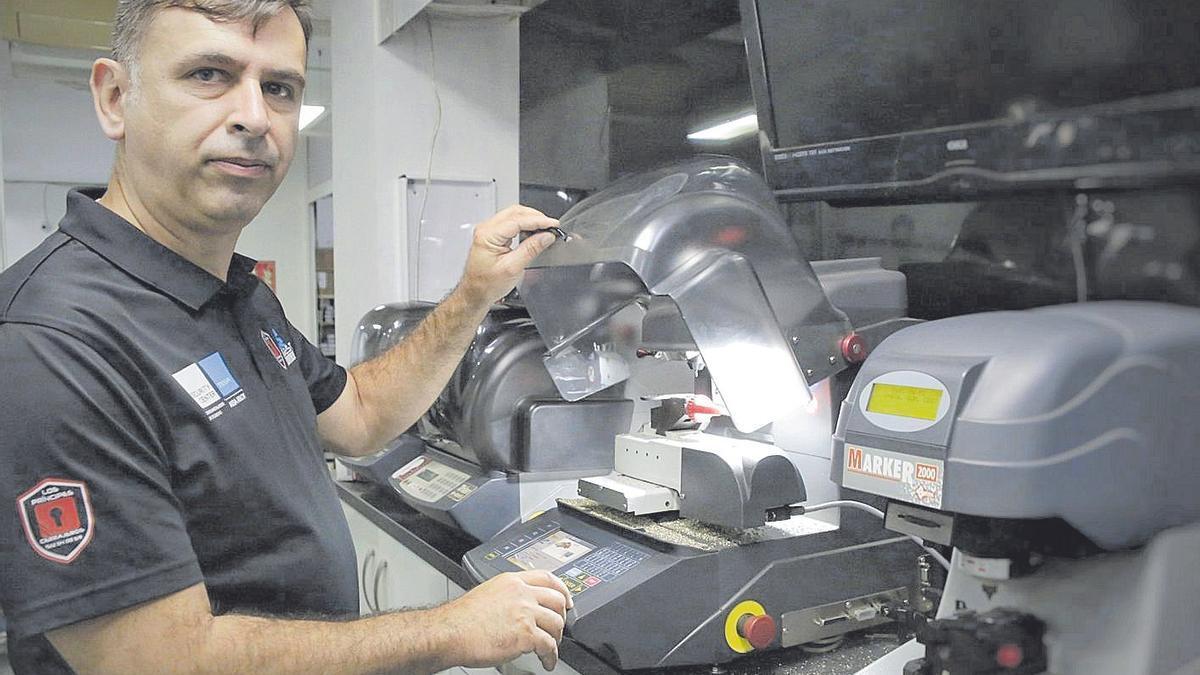 Cristóbal Izquierdo, con una de las máquinas para el duplicado de llaves.