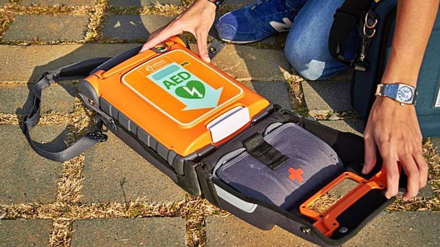 Un desfibril·lador portàtil que porten els cossos de seguretat. | DIPSALUT