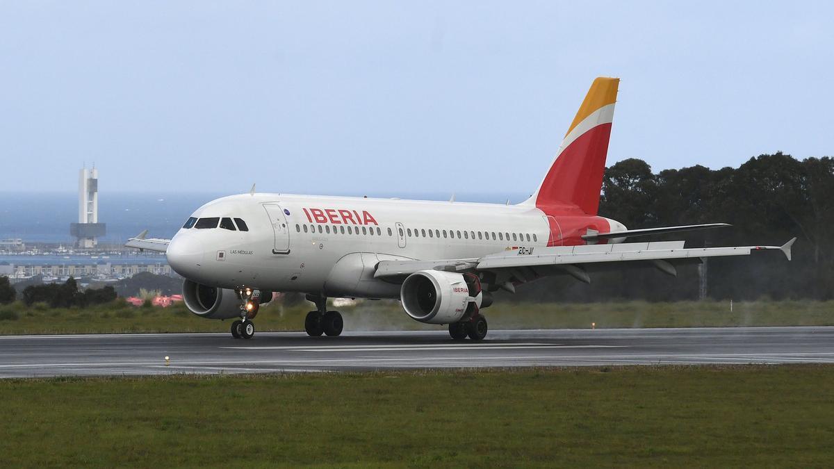 Un avión de Iberia en la pista del aeropuerto de Alvedro.