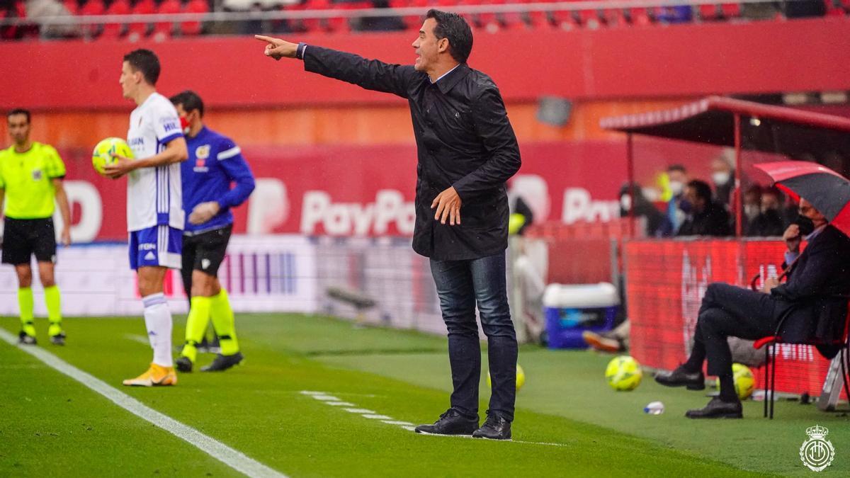 Luis García da instrucciones en el último encuentro ante el Zaragoza