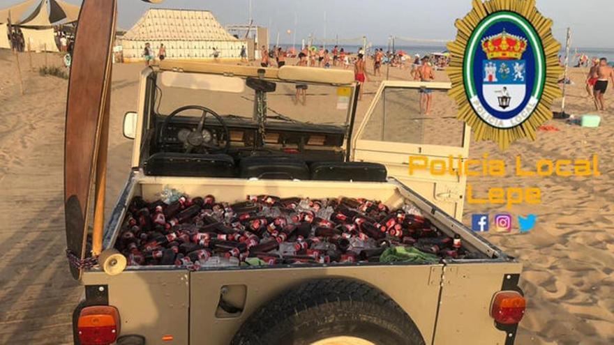 Un hombre trata de entrar en una playa de Huelva en un todoterreno con 200 cervezas