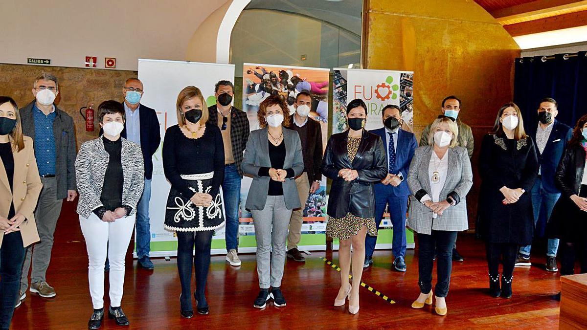 Alcaldes e concelleiros dos 14 concellos que conforman o xeodestino reunidos no Pazo de Mos   | //D.P.